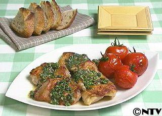 パリパリに焼いた鶏肉を、パセリをたっぷり使ったさわやかなソースで食べる「鶏肉のソテー パセリソース」のレシピを紹介!