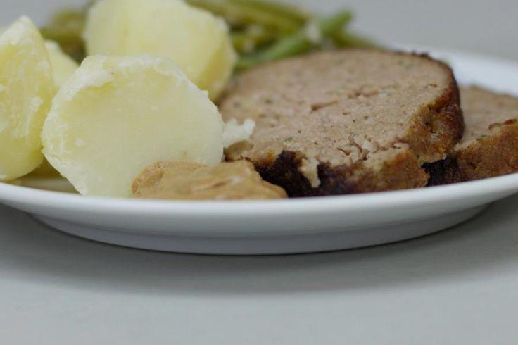 Een versgebakken gehaktbrood is en blijft een absolute topper in zoveel Vlaamse gezinnen. Samen met verse groene boontjes en een gekookte patat, leg je een trio op het bord dat simpelweg smaakt! Saus hoeft er niet bij, want een klodder lekkere mosterd maakt het helemaal af.
