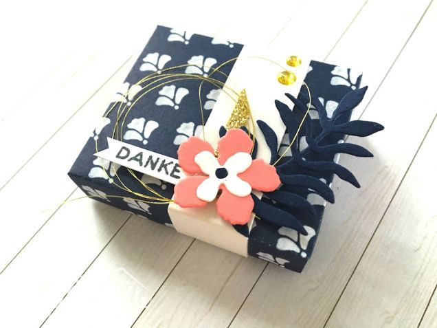 Gift Box, Thank You, Dankekarte, Saying Thank you, Dankeschön, DSP Floral Boutique, Blumenboutique, Designer Series Paper, Night of Navy, Marineblau, Pflanzen-Potpourri, Flamingorot, Flirty Flamingo, Gold, Clean and Simple, Berlin, Stampin Up, SU, Stempeln, Stanzen, Staunen, BastelBazzzille