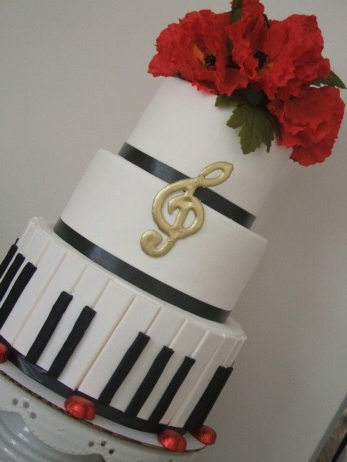 This formal piano cake would look grand at a music recital. Gold music ...