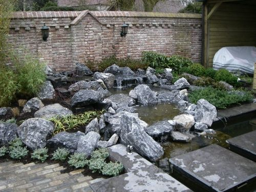natuurlijke waterval beekloop koi vijver