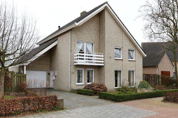 Korenmolen 23, vraagprijs: € 399.000,- k.k. Ruime vrijstaande villa met inpandige garage en een tuin op het zuiden, gelegen op een van de mooiste posities binnen de populaire wijk Molenakker. Zie link voor brochure.