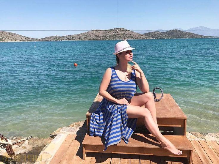 """Анна Семенович показала свою «натуральную» красоту на отдыхе в Греции http://feedproxy.google.com/~r/russianathens/~3/TcFSkPBZjBQ/21661-anna-semenovich-pokazala-svoyu-naturalnuyu-krasotu-na-otdykhe-v-gretsii.html  В то время , как в России стоит холодная и дождливая погода, Греция радует гостей безоблачнойи теплой погодой. А на на солнышко как известно тянутся все мотыльки. Одна из самых примечательных участниц группы """"Блестящие"""" прибыла в Грецию."""
