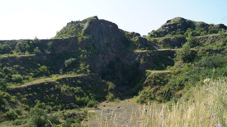 A kibányászott kráter ma egyedülálló természeti látványosság a vulkáni működés nyomaival.