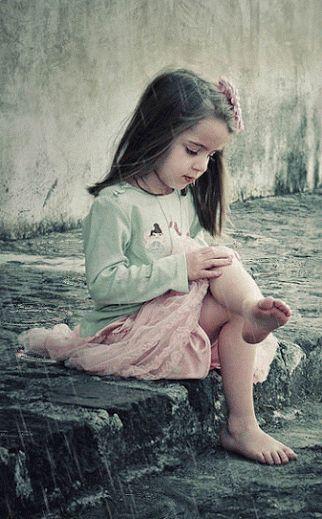 Garota sentada na chuva ☺♥