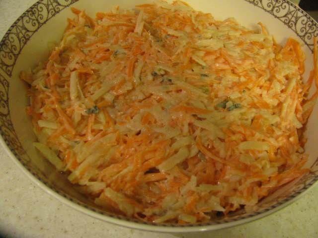 """Havuç ve Yeşil Elma Salatası - Pınar Ergen #yemekmutfak.com Havuç, yeşil elma ve taze nane ile hazırlanan vejetaryen meze tipi bu salatayı Ellie Krieger'ın """"Food You Crave"""" adlı kitabından uyarladım. Çok hoşunuza gidecek değişik, lezzetli ve sağlıklı bir salata tarifi."""