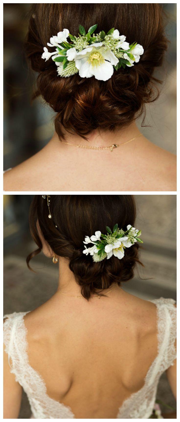 Haarkamm aus weißen Blüten für eine sommerliche Hochzeit/ flower hair comb for a summer wedding made by fleuriscoeur via DaWanda.com