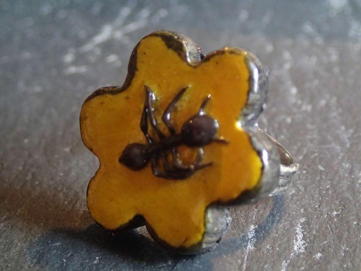Bague ludique - fleur jaune et fourmi noire : Bague par atome-crochu