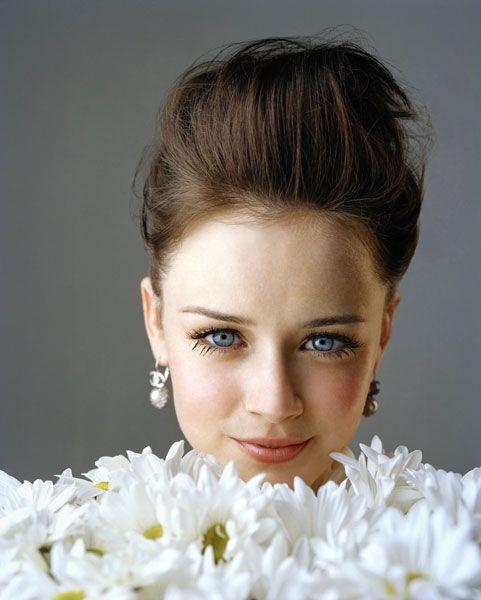 csebastian: Alexis Bledel, daisies, gray, white, brown, blue, colour (via aaaartstar)