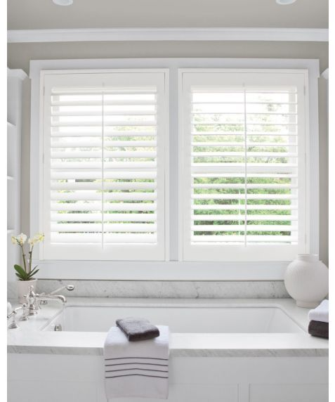 How beautiful do these plantation shutters look in this bathroom?   #Style #blinds #plantationshutters