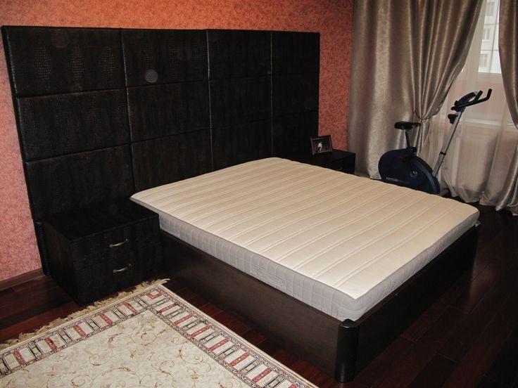 Двуспальная кожаная кровать, кожаные тумбы и шкаф с отделкой из кожи.