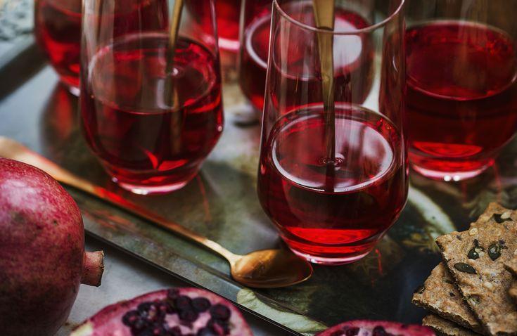Servera hemlagad glögg i advent. Den här goda alkoholfria granatäppelglöggen får en underbart julig smak av kanel, kryddnejlika och pomerans.