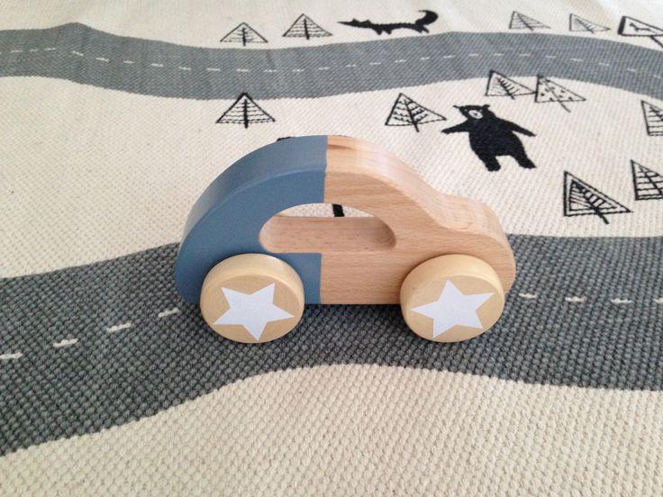 Fin legetøjsbil i træ fra Bloomingville i støvet blå