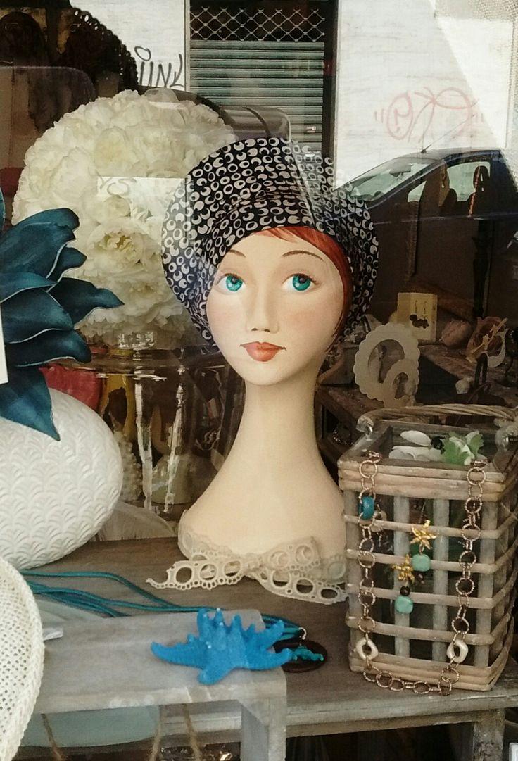 Espositore Porta-cappelli decorato a mano