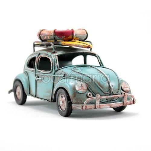 A Miniatura Carro Retrô Fusca Surfista Azul é uma linda miniatura artesanal de um Fusca antigo e com aparência envelhecida.