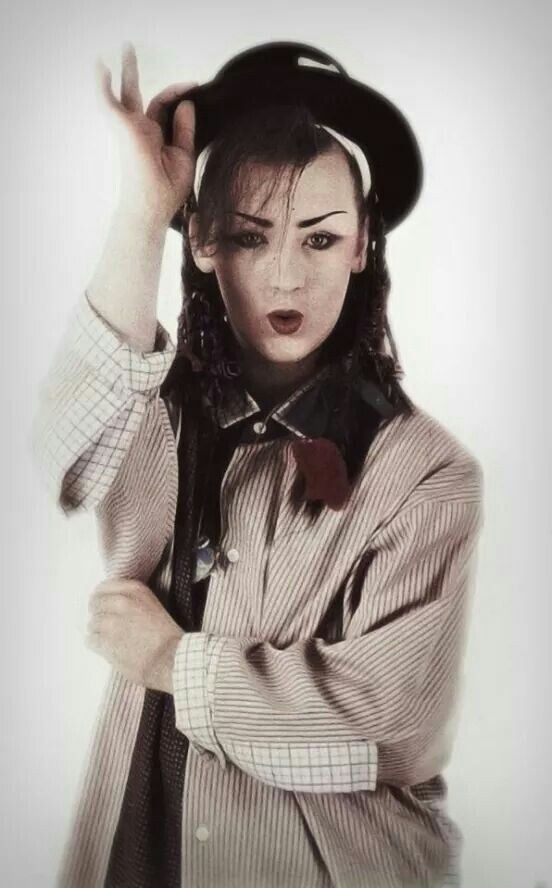 Boy George look so handsome in this pic, wish I could have met his in the 80s, I would have died lol.