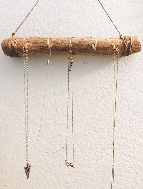 Este colgador de joyería es hecha a mano y a partir de ahora, el soporte de collar de madera sólo disponible! Hecho de madera y 5 ganchos de metal, con cordel para colgar.