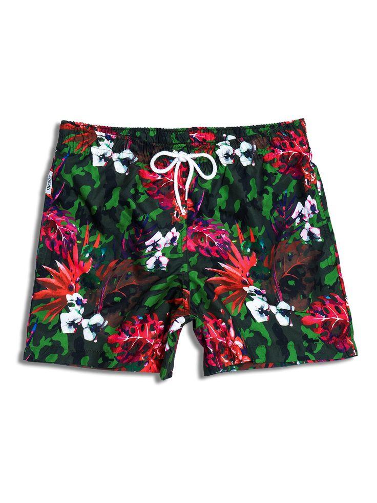 Bañador estampado con diseño de flores en color coral sobre print de camuflaje en tonos verdes. Dos bolsillos laterales y cinturilla elástica. www.soloio.com  #shoponline #SOLOiO #SOLOiOmare #menswimsuit #swimshort #bañador #print #tropical #menstyle #menfashion #summerlook #dapper #dapperman #costumedabagno #swimsuit #flamingo #etnic #etnico #camo