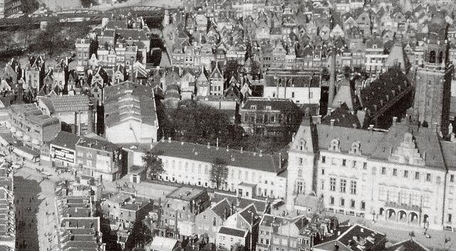 Op deze opname uit 1925 zien we aan de rechterzijrand het Stadhuis en aan de linkerzijrand, met die mooie markiezen, Pschorr. Midden tussen deze twee, het grote gebouw dat we op de kop zien, dat is de Doelenzaal. De straat in de linkeronderhoek, die schuin wegloopt van de Coolsingel, is de Kruiskade. Op de achtergrond tegen de bovenrand van de foto, de drie Pompenburg-bruggen in het spoorviaduct. Het Hofplein, met Loos en de Delftsche Poort valt links net buiten de foto.
