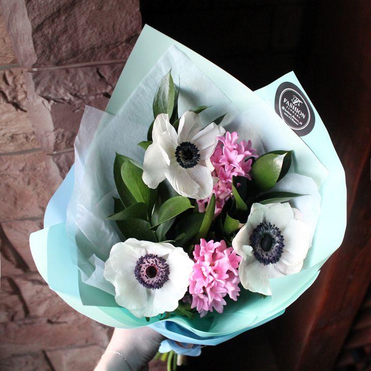 Не забывайте, что для поддержания иммунитета в зимний период❄️, девушкам просто необходимы цветы от Fashion Flowers😍☺️  Стоимость со скидкой 10 %: 900 рублей  Состав букета: анемоны, гиацинты, рускус, арт  #Fashion_Flowers_38 #БукетДняИркутск #корзинаFF #цветыИркутск