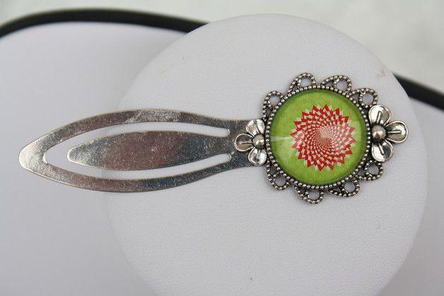 Hier aus meiner Rubrik Lesezeichen ein silberfarbenes Metalllesezeichen mit Blumenrand mit einem 20 mm hellgrünen Cabochon mit einem roten Spiralblumenmuster.    Gesamtlänge des Lesezeichens ca. 90...