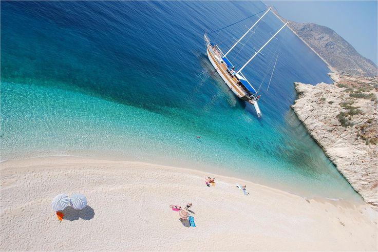 La paridisíaca playa de Kaputas en Turquía   Kaputas es una playa que se encuentra entre las ciudades de Kas y Kalkan, en el suroeste de Turquía. Es muy popular entre los visitantes de la región debido a su belleza natural. No hay servicios fijos en la playa de Kaputas, solo se encuentran durante el día los vendedores ambulantes que instalan pequeños puestos en donde venden bocadillos y arrendan sombrillas para el sol.