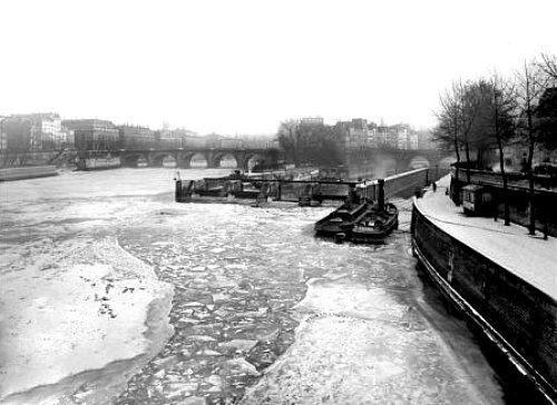 Seine gelée au niveau du pont Neuf pendant l'hiver 1891 à paris