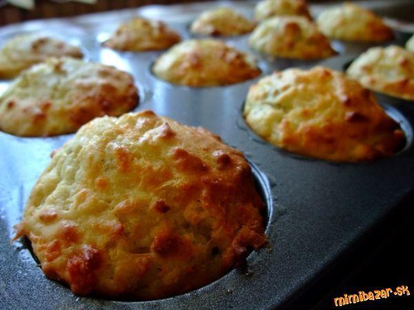 Syrové muffiny delikatesa 3H postrúhaného syru, 1a1/2H polohrubej múky, 1/2ČL soli, 2ČL prášku do pečiva, 1 vajce, 1H mlieka, 50g roztopeného masla, 1a1/2PL cukru Nastrúhame syr, pridáme múku, prášok do pečiva, soľ a zmiešame. V druhej nádobe vymiešame vajce s cukrom , prilejeme mlieko a roztopené maslo. Prisypeme rozmiešané sypké prísady. Pečieme vo vyhriatej rúre na 180°približne 15-20min.