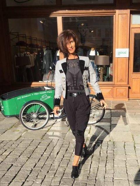 Bei der BEO in Rosenheim finden Sie Trachtenmode und Fashion - Dirndl, Lederhosen, Festtagskleidung, Röcke, Dirnd-Blusen, Trachtenhemden, Kindertrachten.