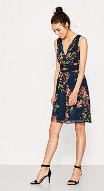 Grösseninfo:  Bei Gr. 36 (kann je Gr. variieren):  - Länge der Rückenmitte: ca. 91 cm  Details:  - Mit diesem Kleid bist auf eine eleganten Sommer- und Gartenparty perfekt angezogen. - Der hochwertige Blumen-Print auf dunklem Grund ist - auch aufgrund der leichten Chiffon-Qualität - elegant und sommerlich-leicht zugleich. - Der V-Ausschnitt ist vorn in femininer Wickel-Optik aufgemacht und in elegante Plissee-Falten gelegt. - Das Oberteil ist körpernah geschnitten, der Rock ist ausgestellt…