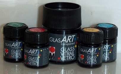 ''PannonColor'' Marabu Üvegfesték (oldószeres) 50ml: Magasfényű, áttetsző festék, mely alkalmas üvegekhez (bárium és kristályüveghez is), akril-porcelánhoz és más hasonló felületekhez. Jól ellenáll a nap és időjárás fakító hatásának, megtartja élénk színeit. Oldószerbázisú, sütőben áttetszőre kiégethető kiváló minőségű üvegfesték (lakk) ragyogó színekben. Törlés- és időjárásálló festék. A festékek egymással keverhetőek és száradás után egymással átfesthetőek! Hígítható üvegfesték hígítóval.