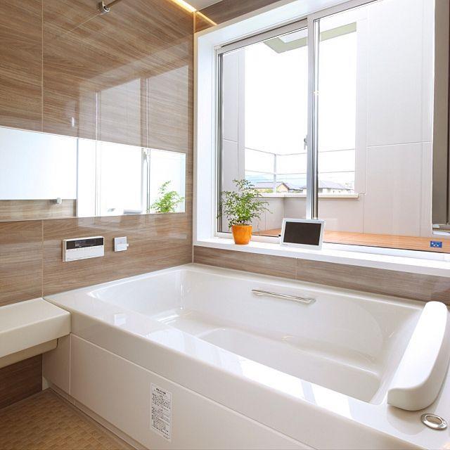 女性で、4LDKのウッドデッキ/窓/お風呂/リクシルのお風呂/リクシル/防水テレビ…などについてのインテリア実例を紹介。「ユニットバスだけど、大きな窓を作って富士山が見えるように♡」(この写真は 2016-10-23 10:33:43 に共有されました)