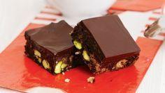 Σοκολατένιο γλυκό ψυγείου με cookies και φιστίκια Αιγίνης