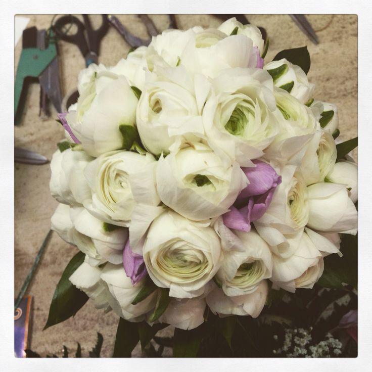 #bouquet da #sposa con ranuncoli bianchi e tulipani rosa. www.fioreriasarmeola.com