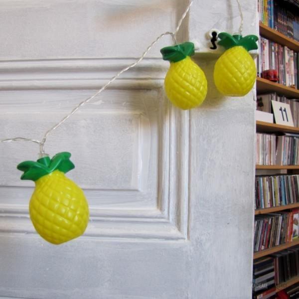 Placez cette guirlande ananas lumineuse sur l'un des murs de votre intérieur, et créez une ambiance fruitée et exotique. Fonctionnant à piles, elle peut se mettre partout, et les LED garantissent une belle durée de vie.
