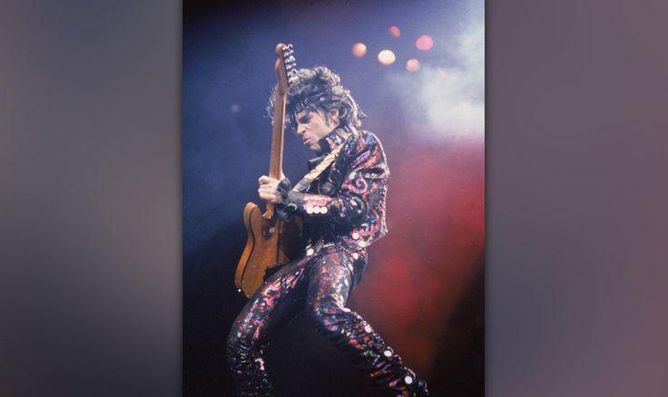 """Prince Plays Guitar In Concert-""""Dance The Dance Electric"""" – diese Wortfolge möchte man immer wieder laut aussprechen, sie wird nie, nie langweilig."""