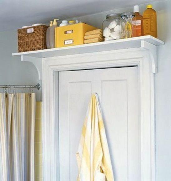 une étagère au dessus de la porte de la salle de bain pour gagner de la place