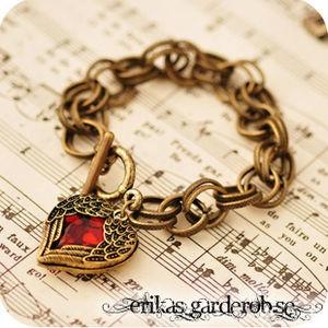 http://www.erikasgarderob.se/se/produkter/smycken-accessoarer-halsband-ringar-orhangen/armband/vintagestil/armband-vintage-stenhjarta-med-vingar.html  #vintage #armband #bracelet #heart #cute