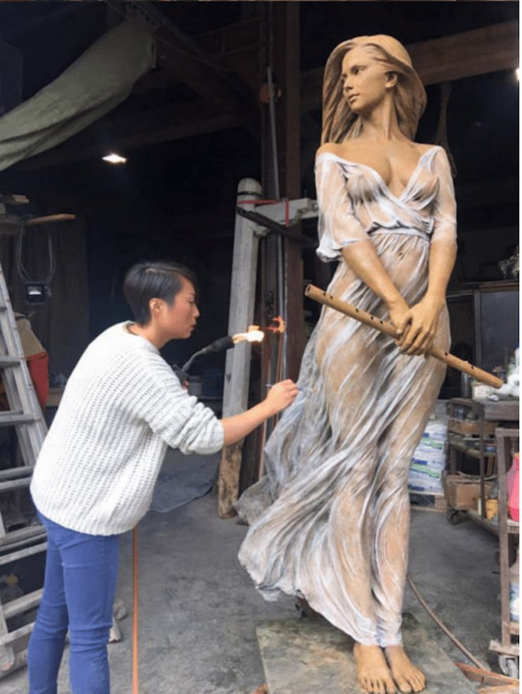 artist Luo Li Rong produces realistic sculptures that convey the beauty and grace of the human figure. Working primarily in bronze, her life-size creations feature women in motion.