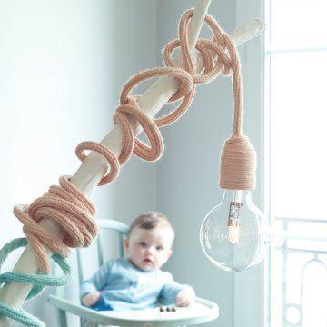Une lampe au fil entouré de tricotin