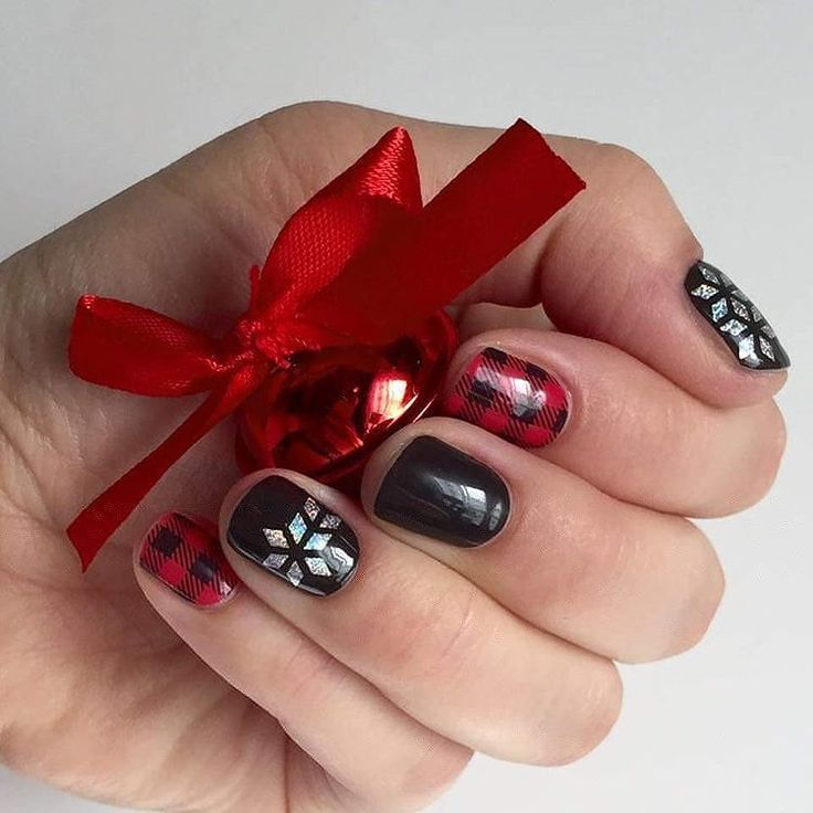 What a cute holiday mani by Jamie Stott! What have you paired with #GeoDiamondJN? #FridayFlannelJN #MatteBlackJN #Jamberry