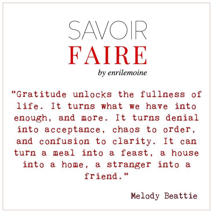 """""""La gratitud abre la plenitud de la vida. Transforma lo que tenemos en suficiente y más. Transforma la negación en aceptación, el caos al orden, la confusión en claridad. Puede transformar una comida en un festín, una casa en un hogar, un extraño en un amigo""""."""