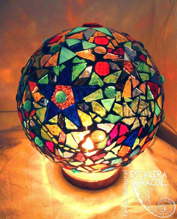 Lámpara realizada por Fina Cáceres. http://tallerescaleracaracol.com/artes-del-fuego/mosaico/lamparas/