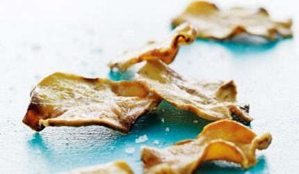Skjær jordskokker med skall på en mandolin eller med en ostehøvel. Friter chipsene i rapsolje på 160-170 grader. Når du legger i jordskokkskivene, skal det ta noen sekunder før det begynner å bruse. Friter i ca. 4 minutter, til de får en gylden farge. Legg dem på kjøkkenpapir og strø over litt salt.