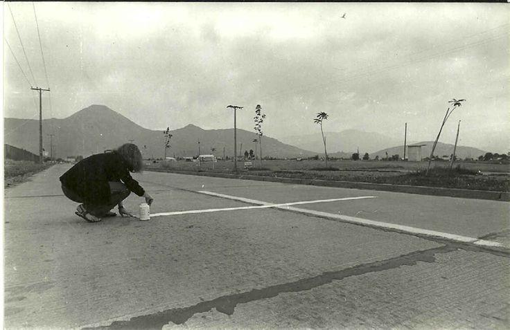 """Lotty Rosenfeld. """"Una milla de cruces sobre el pavimento"""", 1979. Registro acción,calle Manquehue, Las Condes,Santiago de Chile."""