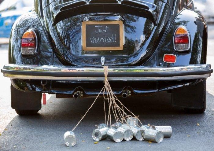 La tradition des boîtes de conserve pour la voiture des mariés