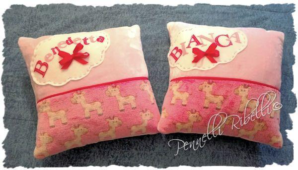 Cuscini personalizzati in stoffa vellutata, con nuvoletta in feltro bianco e nome in feltro rosa e fucsia. Misura 40x40