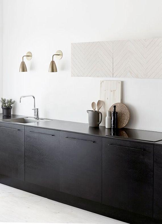 Minimalistic kitchen with black cabinets | Riikka Kantinkoski