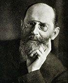 Hermann Emil Fischer (1852–1919). Er wirkte von 1881 bis 1888 als Professor der Chemie an der Uni Erlangen. 1902 erhielt er den Nobelpreis für  seine Arbeiten auf dem Gebiet der Zucker- und Purinsynthese. Er gilt außerdem als Begründer der klassischen Organischen Chemie.