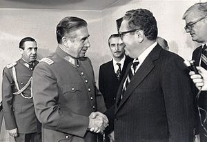 Dos felones de la humanidad. A la derecha el conspirador y manipulador Henry Kissinger. A la izquierda el criminal de lesa humanidad Augusto Pinochet. Dios los cría y ellos se juntan.